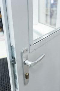 plechové dveře zámek