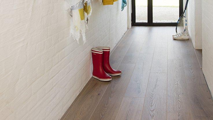 Podlahové topení umisťujte i do chodeb i vstupních hal, pokud v nich nemáte velkou plochu zastavěnou nábytkem.